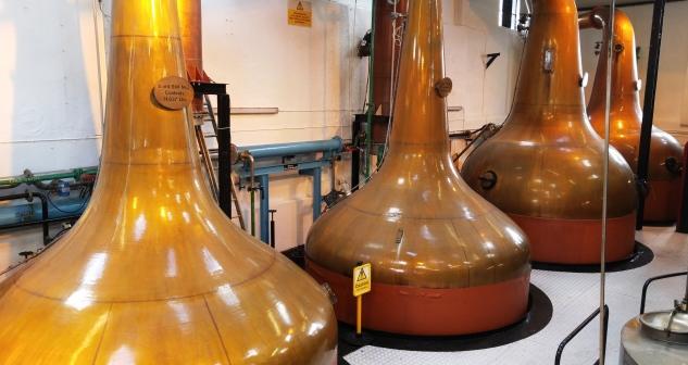 Destilace skotské whisky probíhá v měděných kádích