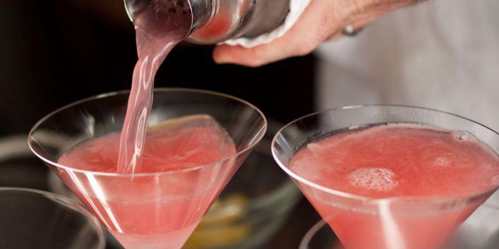 Cosmopolitan je jeden z nejoblíbenějších koktejlů z vodky, stejně tak jako Křídla, Bloody Mary nebo Vodka Martini